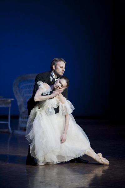 パリ国立オペラ座バレエ団『椿姫』 マルグリット役のデルフィーヌ・ムッサンと アルマンの父親役のアンドレイ・クロン Photos Sébastien Mathé