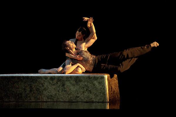 『シッダールタ』 アリス・ルヴァナンとニコラ・ル・リッシュ (C)Anne Deniau/Opéra national de Paris