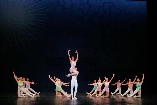 パリ国立オペラ座バレエ団『アン・ソル』 (C)Sébastien Mathé/Opéra natianal de Paris