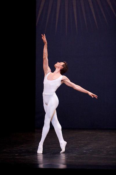 パリ国立オペラ座バレエ団 『アン・ソル』ニコラ・ル・リッシュ (C)Sébastien Mathé/Opéra natianal de Paris