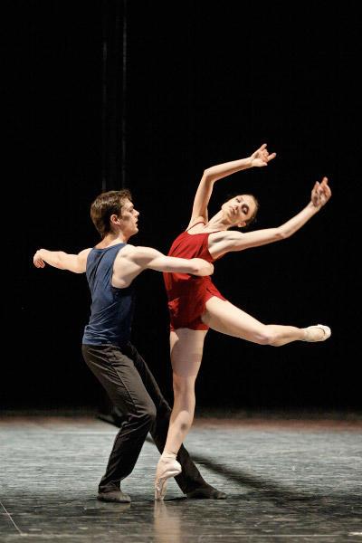 パリ国立オペラ座バレエ団『トリアード』 ドロテ・ジルベールとニコラ・ポール (C)Sébastien Mathé/Opéra natianal de Paris