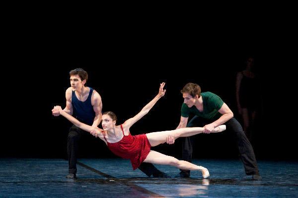 パリ国立オペラ座バレエ団『トリアード』 ドロテ・ジルベール、ニコラ・ポール、ヴァンサン・シャイエ   (C)Sébastien Mathé/Opéra natianal de Paris