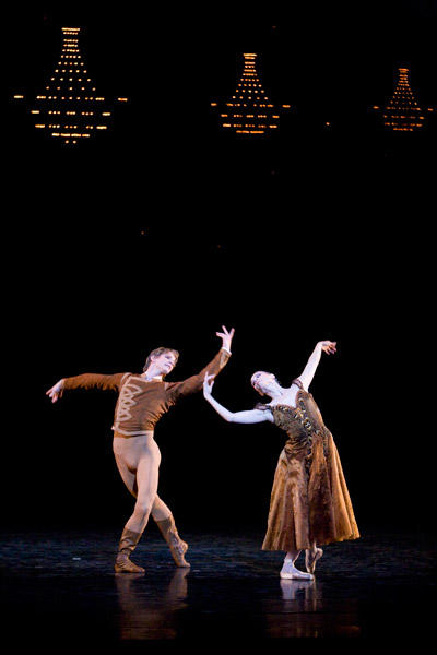 パリ国立オペラ座バレエ団『イン・ザ・ナイト』 エミリー・コゼット、カール・パケット (C)Sébastien Mathé/Opéra natianal de Paris