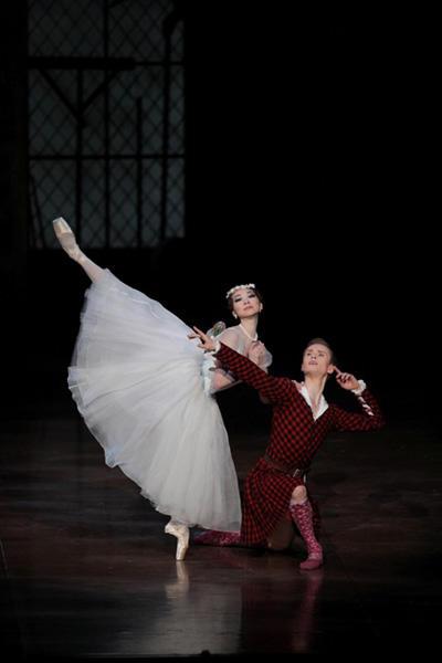 東京バレエ団『ラ・シルフィード』 上野水香、レオニード・サラファーノフ photo:Kiyornoi Hasegawa