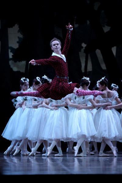 東京バレエ団『ラ・シルフィード』 レオニード・サラファーノフ photo:Kiyornoi Hasegawa
