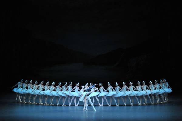 新国立劇場バレエ団「白鳥の湖」 ワン・チーミン、リー・チュン、新国立劇場バレエ団 撮影:瀬戸秀美
