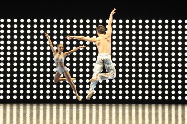 新国立劇場バレエ団「ペンギン・カフェ 2013」 『E=mc²』五月女遥、福田圭吾 撮影:鹿摩隆司