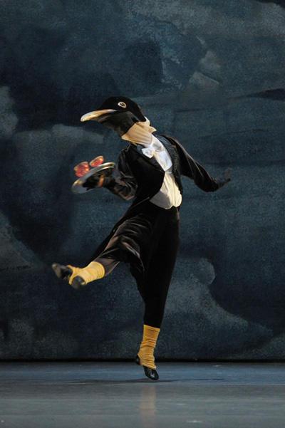 新国立劇場バレエ団「ペンギン・カフェ 2013」 『ペンギン・カフェ』さいとう美帆 撮影:鹿摩隆司