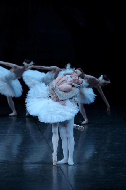 「白鳥の湖」第2幕より オリガ・スミルノワ、ウラジーミル・マラーホフ Photo:KionoriHasegawa