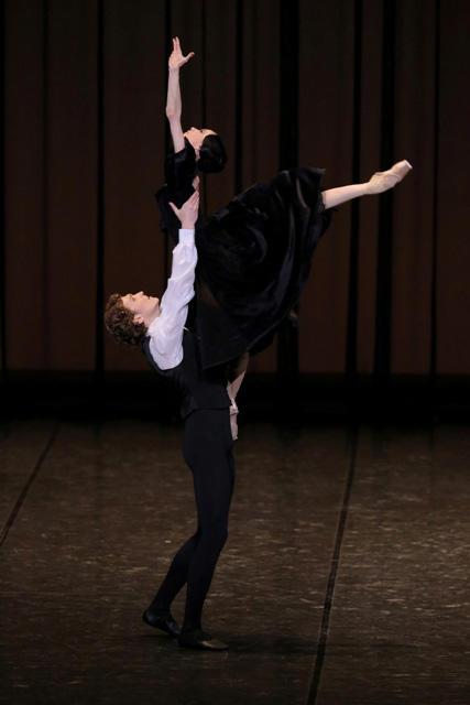 「椿姫」より第3幕のパ・ド・ドゥ ルシア・ラカッラ、マーロン・ディノ Photo:KionoriHasegawa