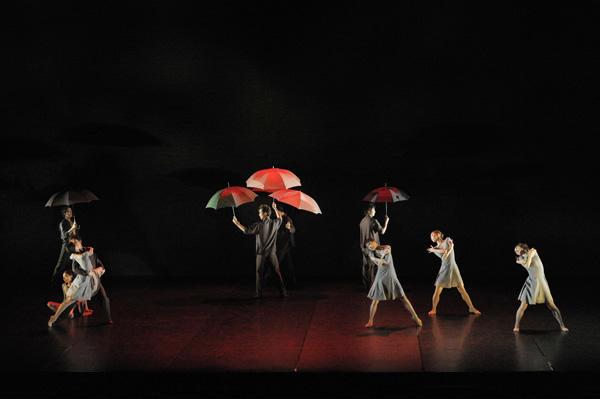 『雨の下の<私たち>』撮影:鹿摩隆司