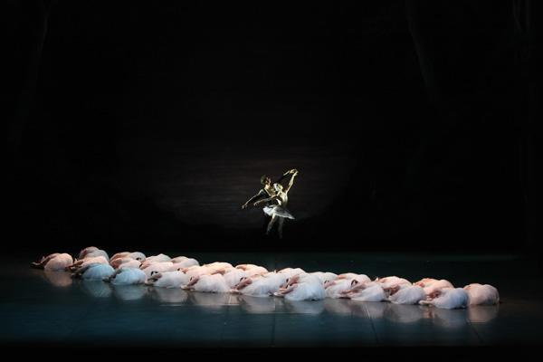 「白鳥の湖」写真提供/井上バレエ団