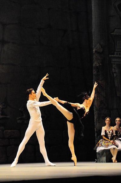 キエフ・バレエ『白鳥の湖』 写真:山本成夫 写真提供:KORANSHA