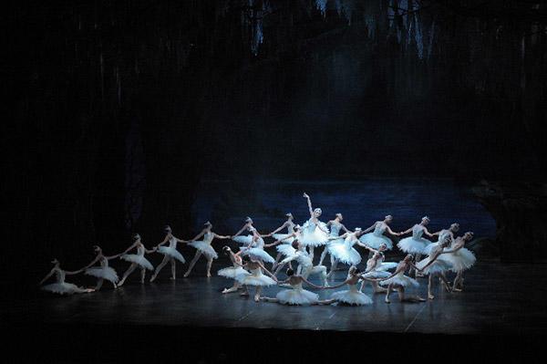 東京シティ・バレエ団『白鳥の湖』撮影:鹿摩隆司
