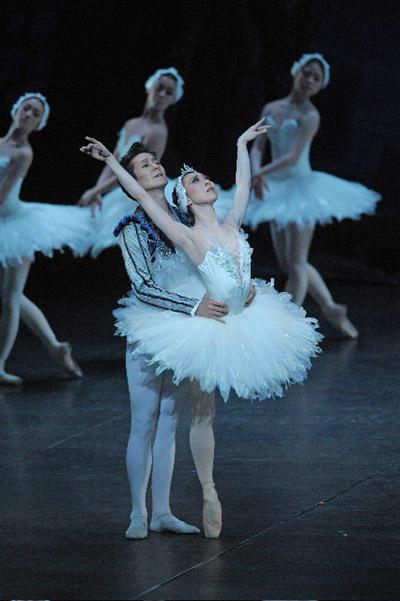 東京シティ・バレエ団『白鳥の湖』第2幕 若生加世子&オム・ジェヨン 撮影:鹿摩隆司