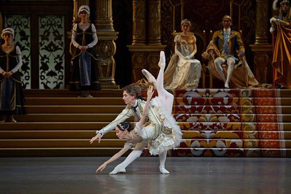 新国立劇場バレエ団『眠れる森の美女』 3幕 グラン・パ・ド・ドゥ 撮影/鹿摩隆司