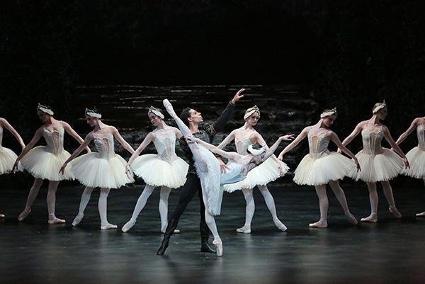 英国バーミンガム・バレエ団『白鳥の湖』 撮影:長谷川清徳