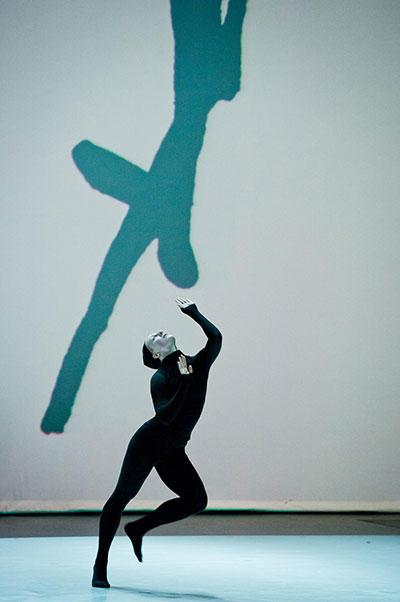 「アンリ・ミショーのムーヴマン」 Chorégraphie / Choreography: Marie Chouinard Photo : Sylvie-Ann Paré Interprète/Dancer : Lucy May