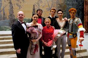 「ロミオとジュリエット」終演後、 マカロワと主役、舞踊監督ユーリー・ファテーエフ