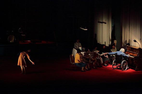 ピーピング・トム『ファーザー』 撮影:片岡陽太 写真提供:世田谷パブリックシアター