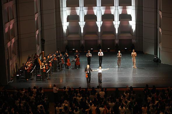 「パ・ド・ドゥ for Toes and Fingers」の出演者を観客はスタンディング・オベーションで称えた (すべて Photo: H. Iwakiri)