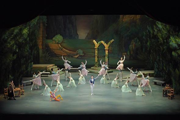 東京シティ・バレエ団『白鳥の湖』撮影/鹿摩隆司(すべて)