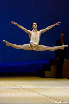 ノイマイヤー振付『ヨゼフの伝説』 踊りで人々を魅了するヨゼフ