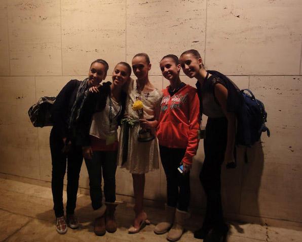 グランプリ受賞のジゼルと記念撮影をする参加者たち